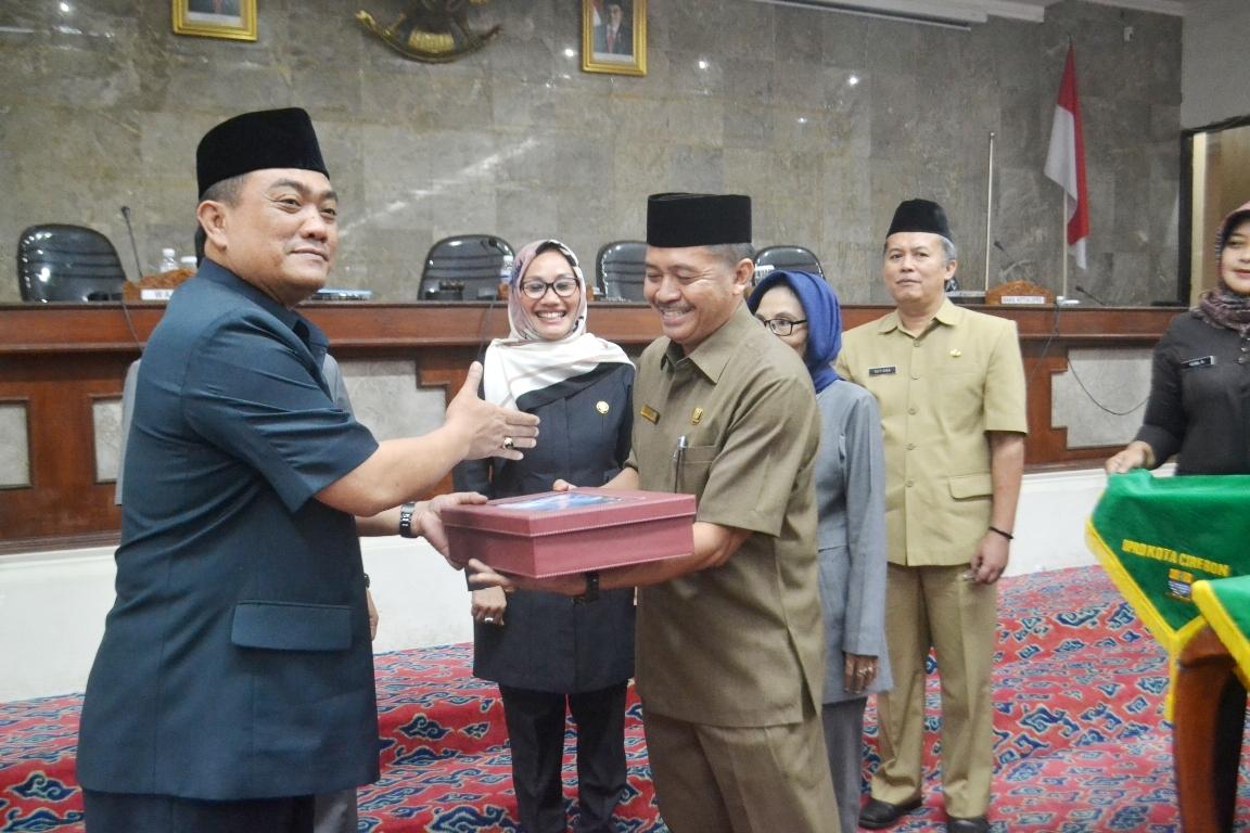 Penyerahan Laporan Keterangan Pertanggung Jawaban (LKPJ) tahun 2015 Walikota Cirebon kepada Ketua DRPD Kota Cirebon 28 Maret 2016